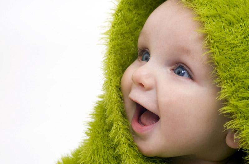 Lachendes Baby im grünen Bademantel bei der Messe Hallo Baby! in Holzminden