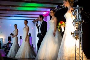 Brautkleider bei einer Brautmodenschau auf der Hochzeitsmesse Ja, ich will! im Schloss Landestrost in Neustadt