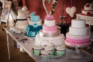 Stand mit Hochzeitstorten bei der Hochzeitsmesse auf Schloss Oelber in Baddeckenstedt