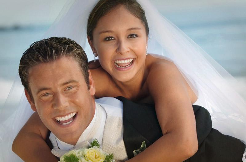 Braut und Brautpaar am Meer