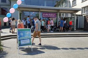 Warteschlange am Eingang der Messe Hallo Baby! in der Stadthalle Holzminden