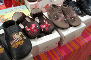 Stand mit Krabbelschuhen auf der Babymesse in der Stadthalle Holzminden